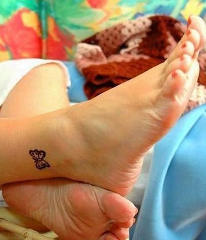 Pequena tatuagem de borboleta design para as mulheres no tornozelo
