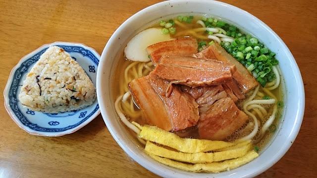 三枚肉そば(大)とじゅーしーおにぎりの写真