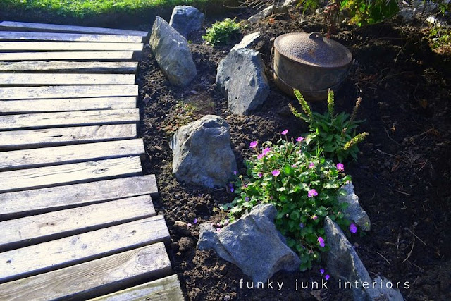 How to build a pallet wood garden walkway with scrap wood! #palletwood #pallets #gardening #reclaimedwood