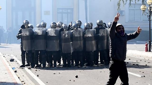 «Στο πόδι» η Αλβανία: Διαδηλωτές πολιόρκησαν το κοινοβούλιο