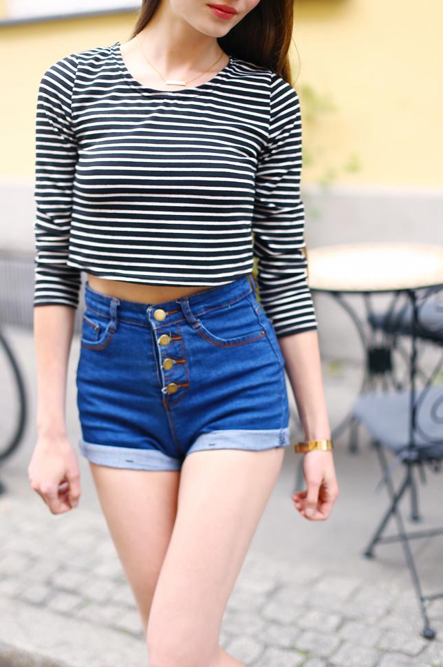 bluzka w paski jeansowe szorty z guzikami stylizacja