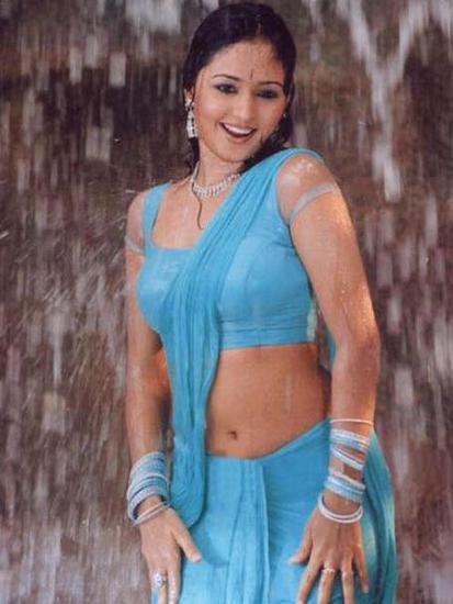 Kajal aggarwal showing armpits and boobs in sleeveless saree - 2 9
