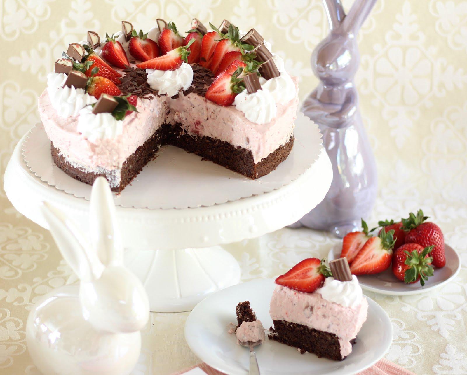 Zarte Erdbeer-Yogurette-Torte / Ostertorte ohne Mehl mit Mandel-Nuss-Boden | Rezept und Video