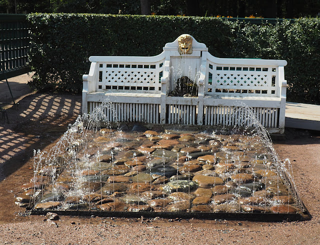 Петергоф, фонтан-шутиха Скамейка (Peterhof, the fountain-cracker Bench)