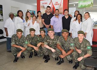 Secretários Julio Cesar Ambrosio (Saúde) e Raphael Teixeira (Relações Comunitárias) com equipe do Hemonúcleo e os atiradores do Tiro de Guerra: solidariedade e respeito à vida