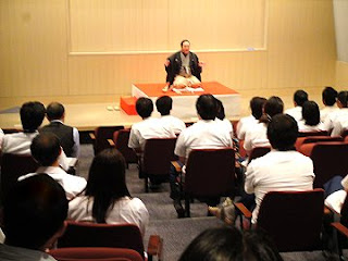 講演会講師・三遊亭楽春の笑いと健康のメンタルヘルス講演会の風景。
