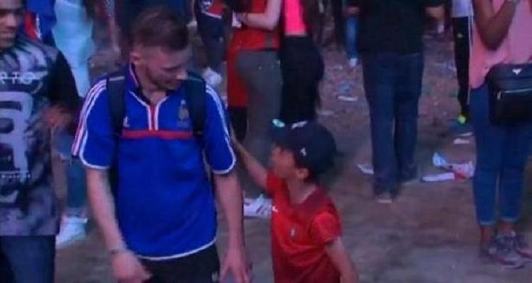 طفل برتغالي لم يتحمل دموع مشجع فرنسي فحدث بينهما أمر أغرب من الخيال