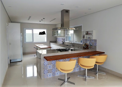 A cozinha aberta para a sala de jantar, se comunica também com a varanda através de janela específica, além da janela para o corredor externo.