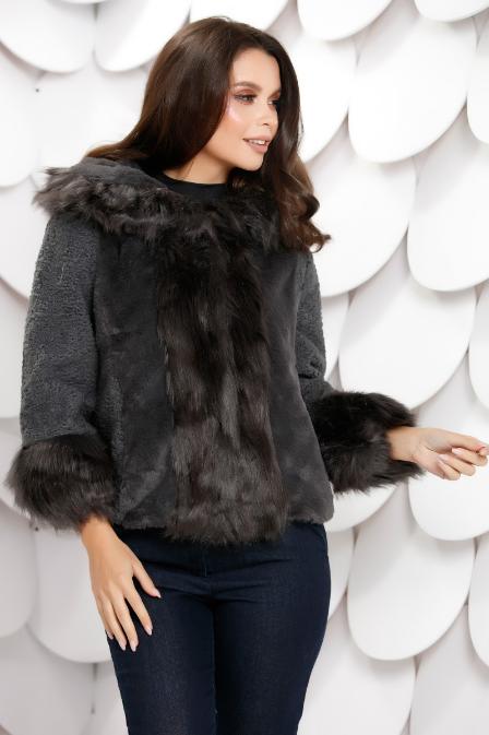 Haina scurta de femei gri de iarna accesorizata cu blana ieftina