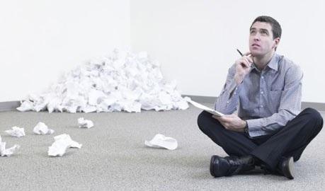 Burrë i ulur duke shkruar