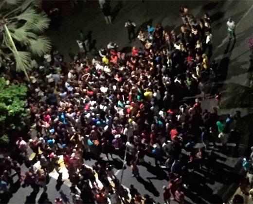 Así protestaron los varguenses frente a la casa de García Carneiro exigiendo comida (+Video)