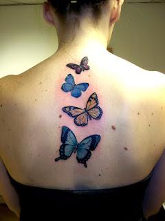 costas de mulher tatuada