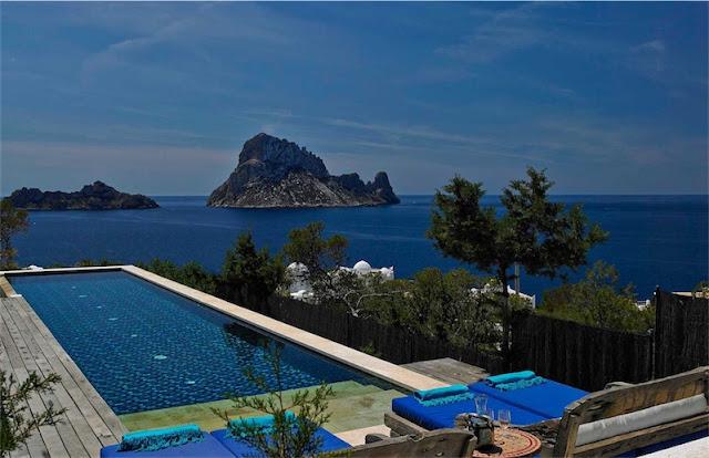 casa en Ibiza decorada con aire bohemio piscina infinita chicanddeco