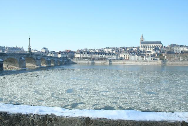Des blocs de glace s'écoulent sous le pont Jacques Gabriel. On les entend se frotter les uns contre les autres dans le silence. (février 2012)