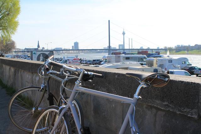Mittagspause Tokyo Bike Duesseldorf Rhein Jules kleines Freudenhaus