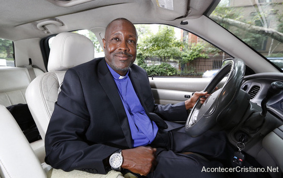 Taxista evangeliza a pasajeros