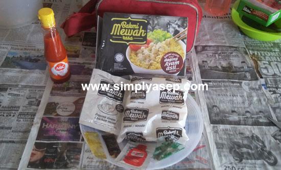 UNBOXING :  Inilah isi dari Bakmi Mewah yang siap diolah dan disajikan denan instan enak dan murah. Foto Asep Haryono
