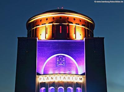 Bunt beleuchtetes Planetarium Hamburg bei Nacht