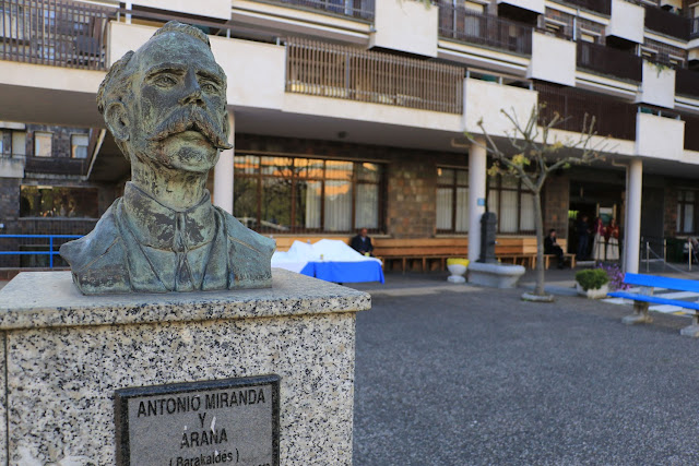 Busto de Antonio Miranda en la residencia de ancianos