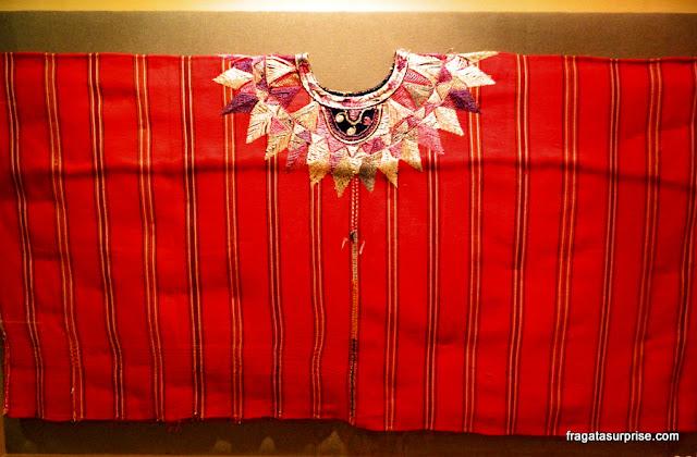 Huipil, túnica tradicional trajada pelas mulheres da Guatemala, no Museu Ixchel do Traje Indígena