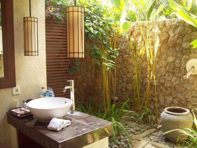 konsep kamar mandi terbuka,kamar mandi terbuka minimalis,kamar mandi semi terbuka,desain kamar mandi semi outdoor,kamar mandi kecil nuansa alam,desain kamar mandi luar ruangan,kamar mandi unik dari batu alam,desain kamar mandi natural
