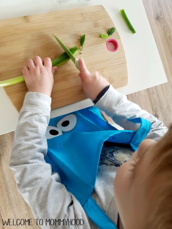 Montessori activities (practical life): teaching a four year old to use a kitchen knife by Welcome to Mommyhood #montessori, #montessorikids, #montessorihome, #practicallife