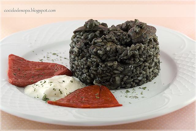 arroz-negro-con-sepia-almejas-y-gambas