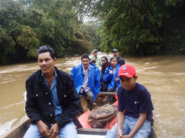 Catequistas en panga por los ríos de Nicaragua