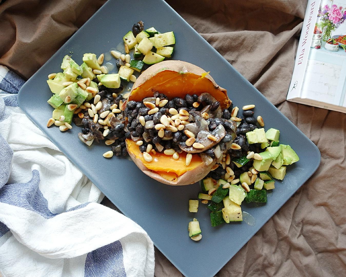 Ofensüßkartoffel mit schwarzen Bohnen und Champignons