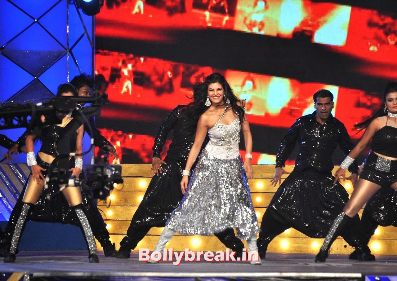 Jacqueline Fernandez, Bollywood Stars performing on stage at Police Umang 2014 - HD Pics