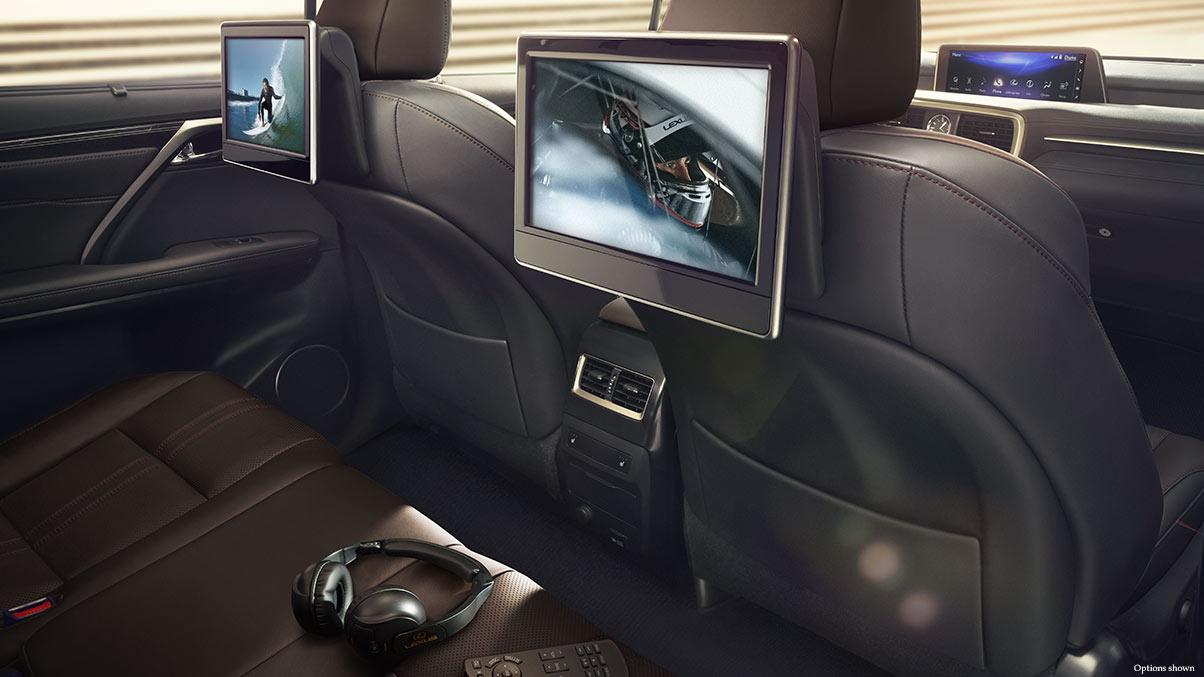 Hai ghế sau được trang bị thêm hai màn hình giải trí cỡ lớn, hệ thống âm thành đỉnh cao