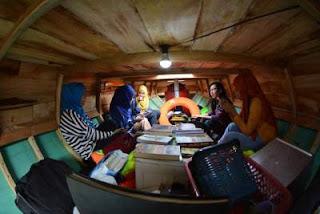 perahu pustaka perpustakaan di dalam perahu