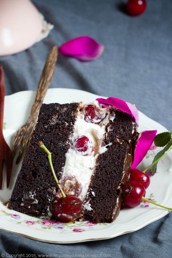 czekoladowy tort wiśniowo-różany z konfiturą różaną