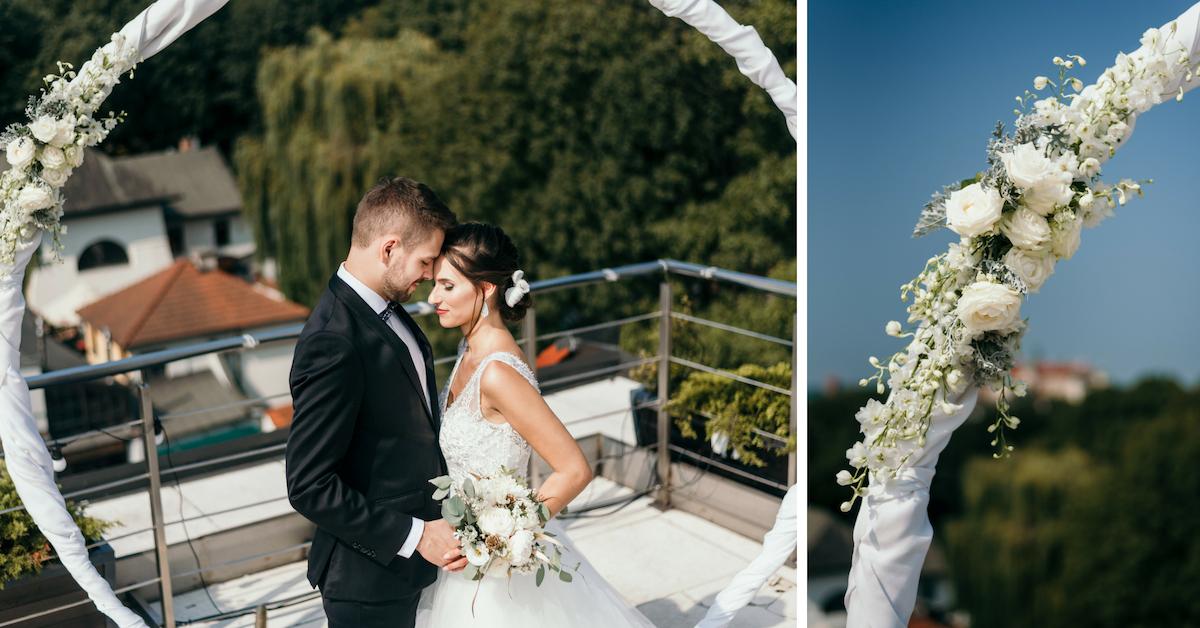 Biała dekoracja ślubna z kwiatami.