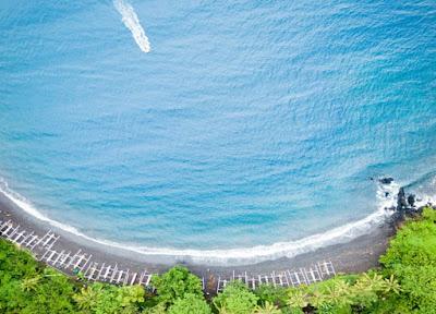 Pantai Tulamben sangat terkenal dengan spot terbaik untuk diving maupun snorkeling