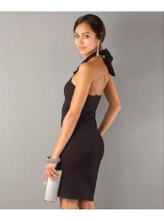 Vestido negro, corto, ceñido, cuello Halter, sin mangas y con escote en el pecho