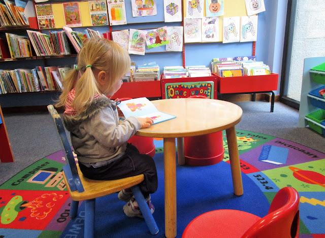 kirjasto, lastenosasto, punainen lasten tuoli, saparot