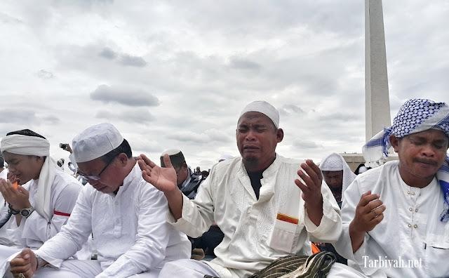 Peserta Aksi 212 menangis saat Ust Arifin Ilham pimpin doa