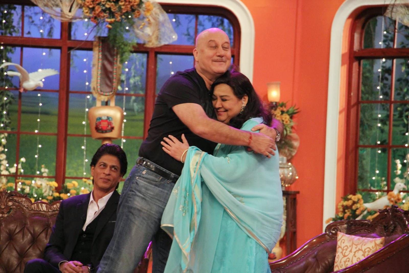 Kajol Photos At Comedy Nights With Kapil Sets, Shah Rukh Khan-Kajol DDLJ Team on CNWK