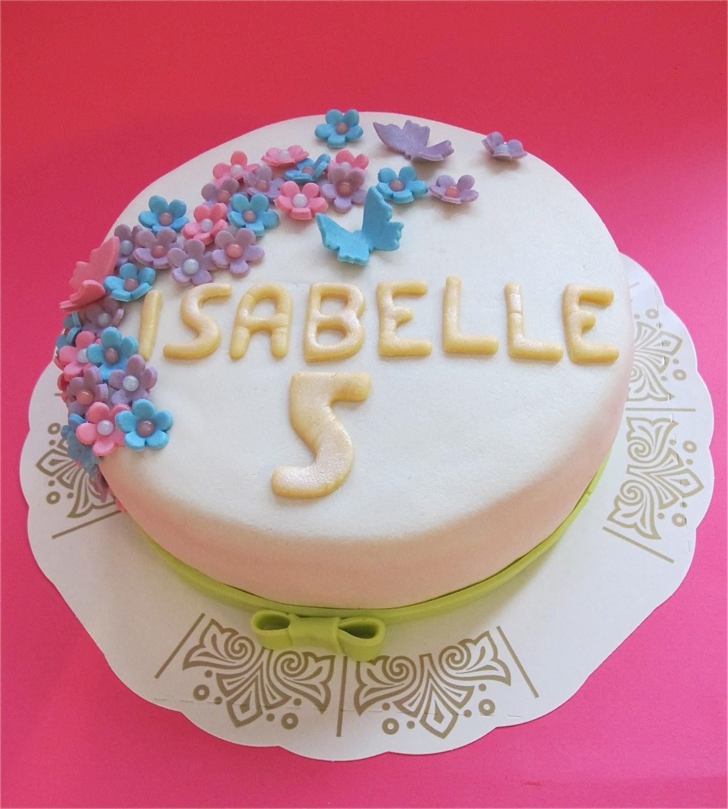 ce57a1bd2929 Isabelles riktiga födelsedag var några dagar efter stora kalaset och till  den dagen gjorde jag en riktigt liten tårta, enkelt dekorerad med små  blommor och ...