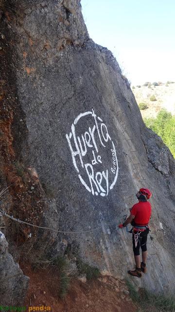Subiendo por las grapas de la vía ferrata de Huerta de Rey