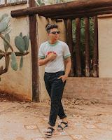 Look Masculino Camiseta por dentro da Calça tendencias masculinas primavera verão 2019