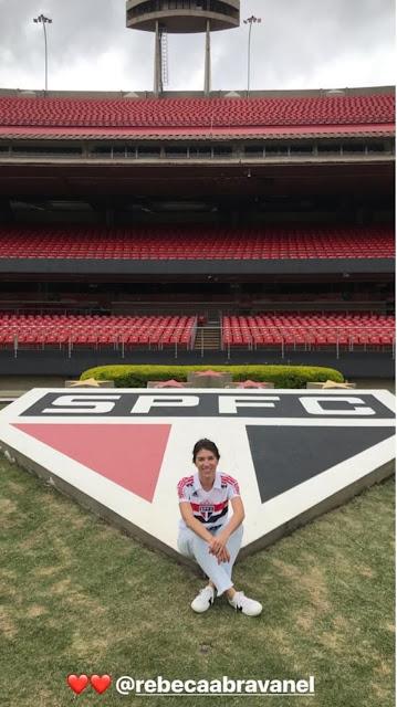 Pato publica foto da namorada Rebeca Abravanel no Morumbi, com a camisa do São Paulo