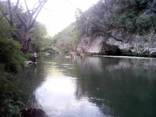 Θεσπρωτία: Λόγω της πτώσης της στάθμης του ποταμού Καλαμά, αν και Φθινόπωρο, άτομα ψαρεύουν πέστροφες...