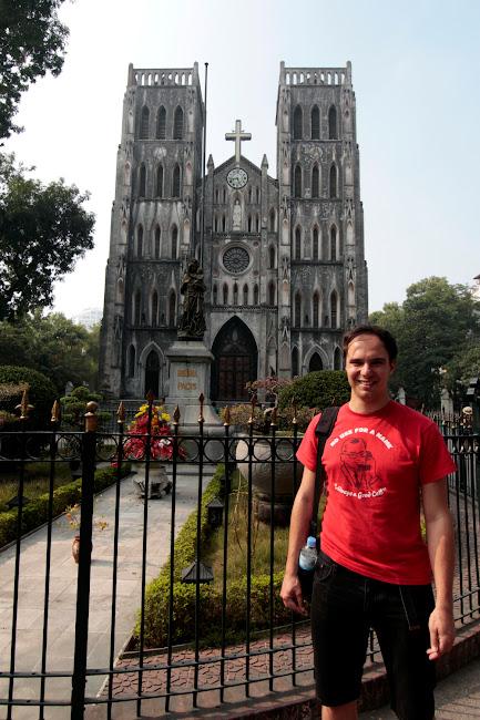 Alberto frente a Notre Dame en Hanoi