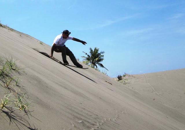 foto sandboarding di gumuk pasir parangkusumo