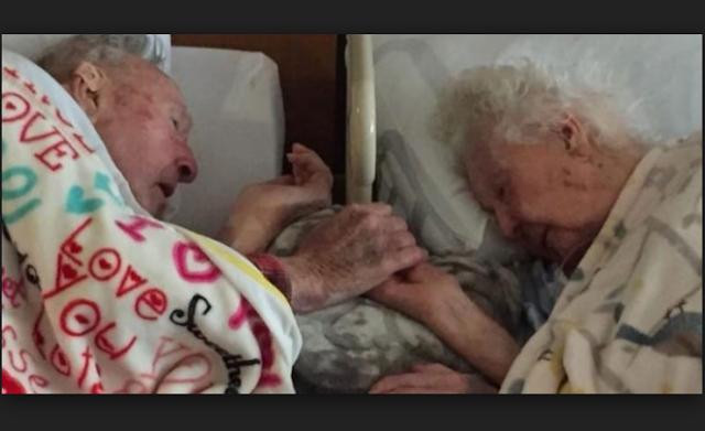 رجل في سنته 100 لم يترك يد زوجته حتى بعد مماتها!... هذا ما يمكن تسميته الحب الحقيقي