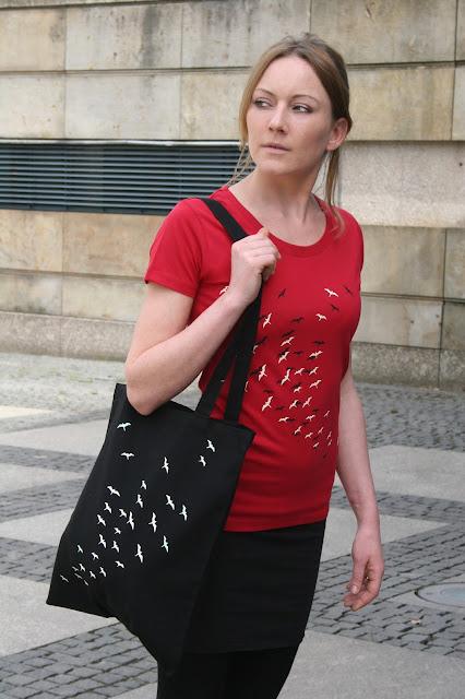Damenshirt und Beutel mit Vogelschwarm, Siebdruck