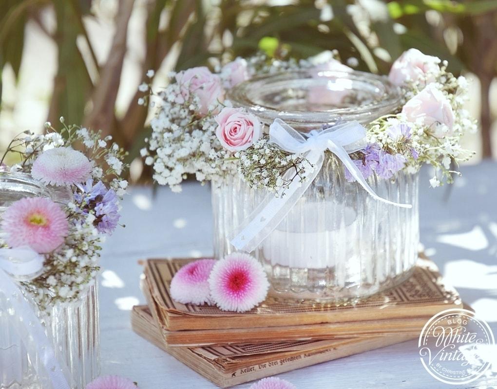 Frühlingsdeko selber machen: Windlichter aus Glas und Blumen
