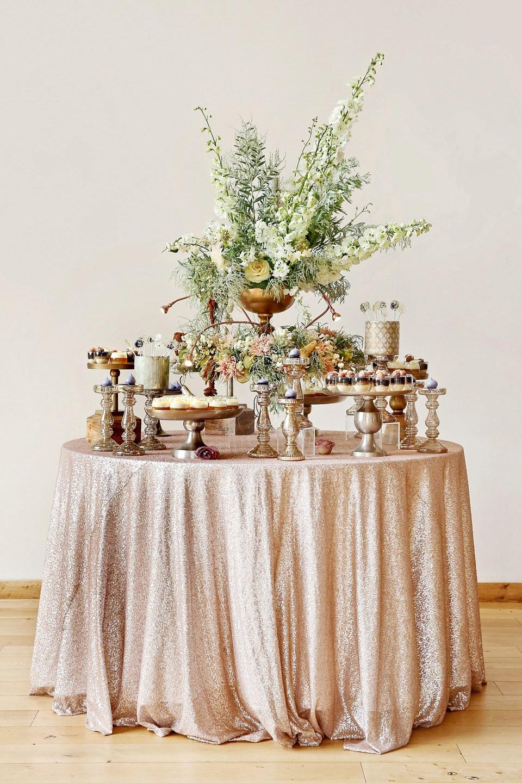 Bufet zimny na weselu, Zimny bufet na wesele inspiracje, Pomysły na zimny bufet weselny, Stół z przekąskami na wesele, Catering weselny, Dekoracje bufetu zimnego, Stół z jedzeniem na przyjęcie weselne, Stylizacja stołu na wesele, Menu weselne, Planowanie wesela, Zimna płyta na wesele dekoracje, pomysły i inspiracje ślubne